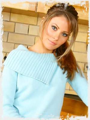Brunette beauty Chrystal Lee in a refreshing outfit with thick blue pantyhose.